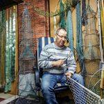 Lutz Rehnus aus der Ortsgruppe Byhleguhre strickt Reusen und bindet Netze.
